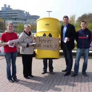 Gemeinsam gegen Atomkraft (Carina Gödecke, Thomas Eiskirch und Bochumer Jusos an der Ruhr-Universität)