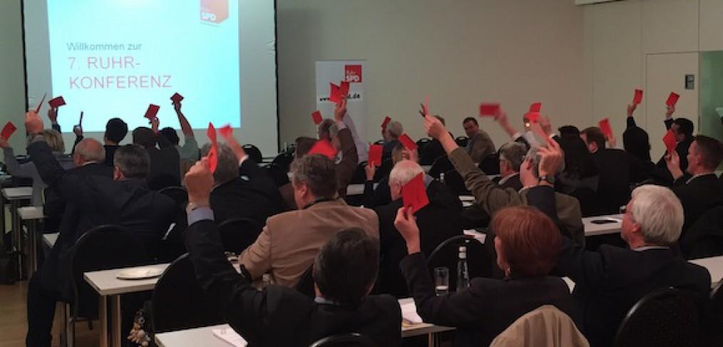 Die Delegierten der 7. Ruhrkonferenz der RuhrSPD stimmen für den Koalitionsvertrag für den Regionalverband Ruhr (RVR)