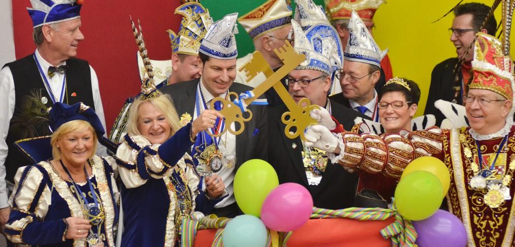 Das Bochumer Dreigestirn und das Wattenscheider Prinzenpaar ringen am 08.02.2016 mit Oberbürgermeister Thomas Eiskirch um den Schlüssel zum Rathaus. +++ Foto: Lutz Leitmann / Stadt Bochum, Referat für Kommunikation