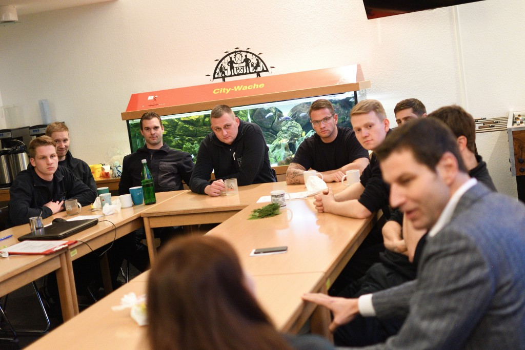 Oberbürgermeister Thomas Eiskirch besucht am 31.12.2017 die Feuerwehr in Bochum und dankt Helfern für ihre Einsatzbereitschaft in der Silvesternacht. +++ Foto: Lutz Leitmann / Stadt Bochum