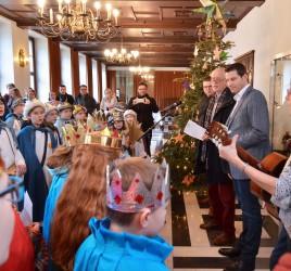 Sternsinger besuchen am 05.01.2018 Oberbürgermeister Thomas Eiskirch im Rathaus, singen Lieder und bringen den Segen. Foto: André Grabowski / Stadt Bochum