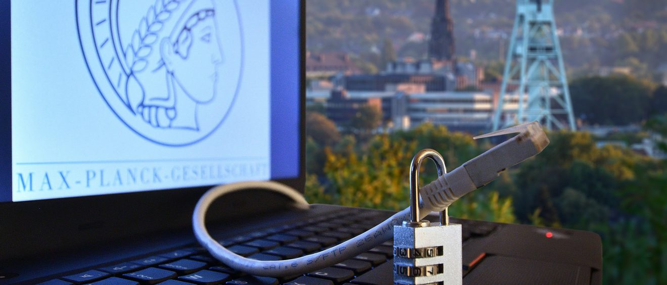 Symbolbild (Laptop mit Logo der Max-Planck-Gesellschaft), einem Netzwerkkabel und einem Schloss - im Hintergrund ist u.a. das Bergbaumuseum zu sehen; Foto/Montage: Lutz Leitmann / Stadt Bochum
