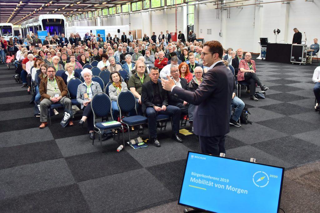 (Bürgerkonferenz 2019: Mobilität von Morgen) Oberbürgermeister Thomas Eiskirch zur Eröffnung +++ Foto: Lutz Leitmann/Stadt Bochum