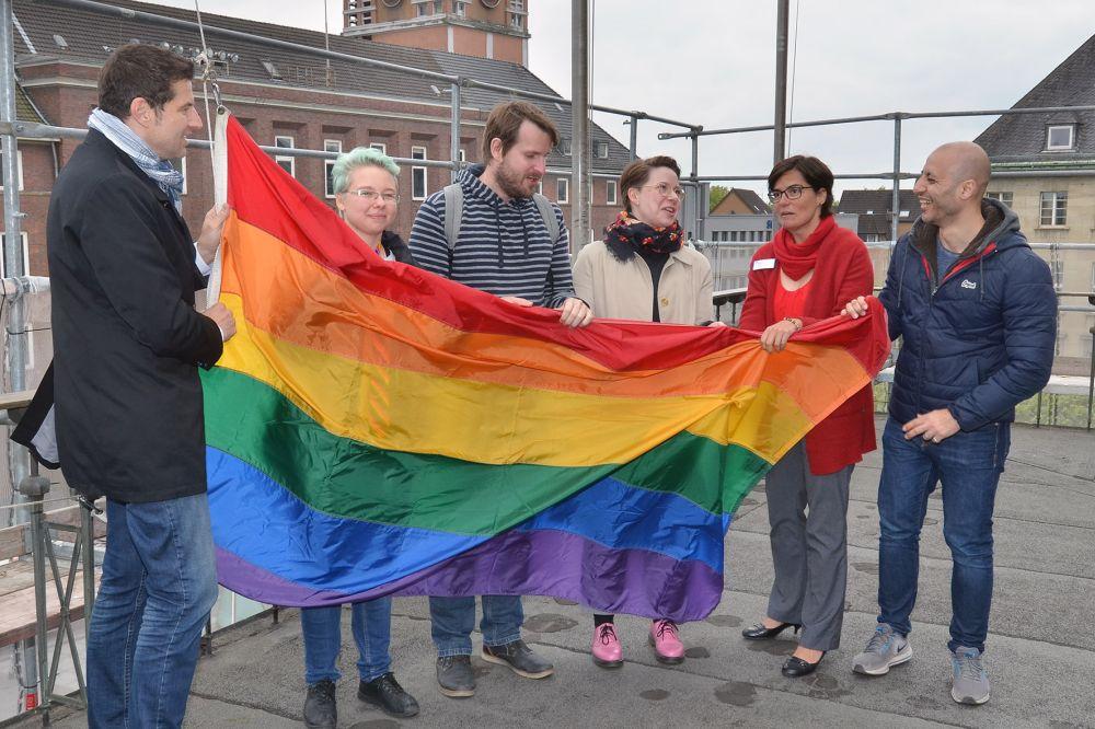 Am 17.05.2019 wird die Regenbogenfahne zum Tag der Homophobie gehisst. Foto: André Grabowski / Stadt Bochum, Referat für politische Gremien, Bürgerbeteiligung und Kommunikation