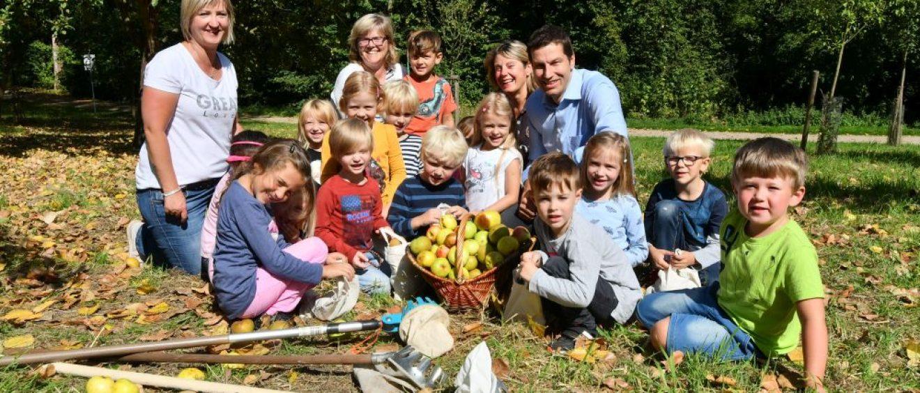 Oberbürgermeister Thomas Eiskirch probiert gemeinsam mit den Kindern des Kindergartens St. Liborius das frische Obst. Foto: Lutz Leitmann/Stadt Bochum