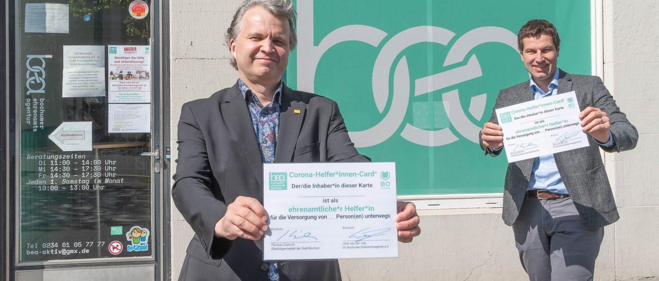 """Uwe van der Lely und Thomas Eiskirch präsentieren die """"Corona-HelferInnen-Card"""". Foto: Lutz Leitmann/Stadt Bochum"""
