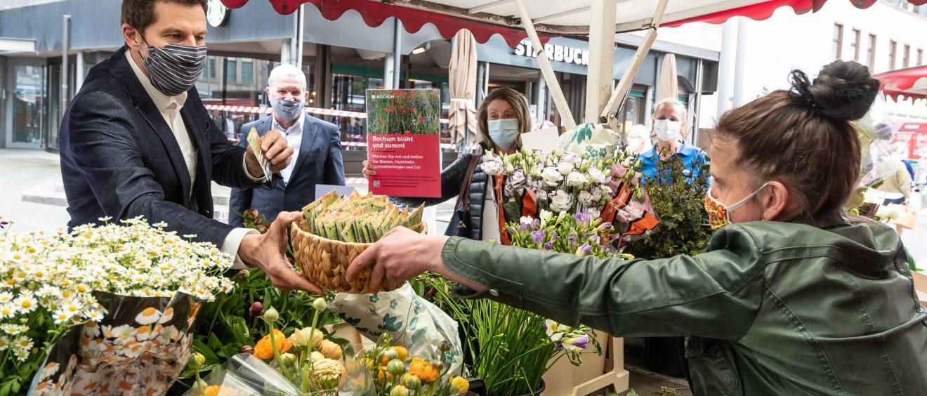 Thomas Eiskirch verteilt Samentütchen. Foto: Lutz Leitmann/Stadt Bochum