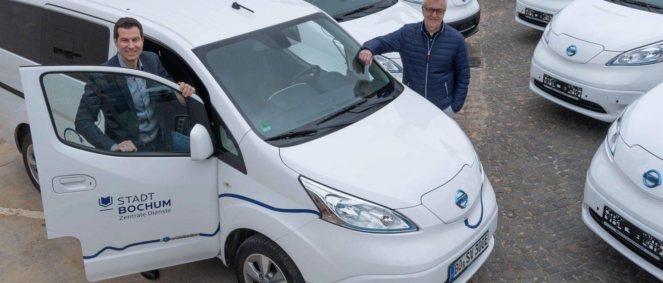 Uwe Meyer (Verkaufsleiter Autohaus Schrader) und Oberbürgermeister Thomas Eiskirch mit den neuen Autos. Foto: Lutz Leitmann/Stadt Bochum