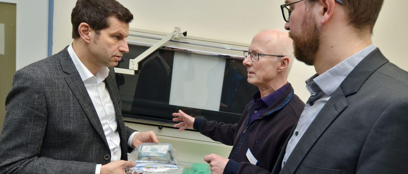 Thomas Eiskirch besucht das Diagnose-Zentrum im Gesundheitsamt. Foto: André Grabowski / Stadt Bochum