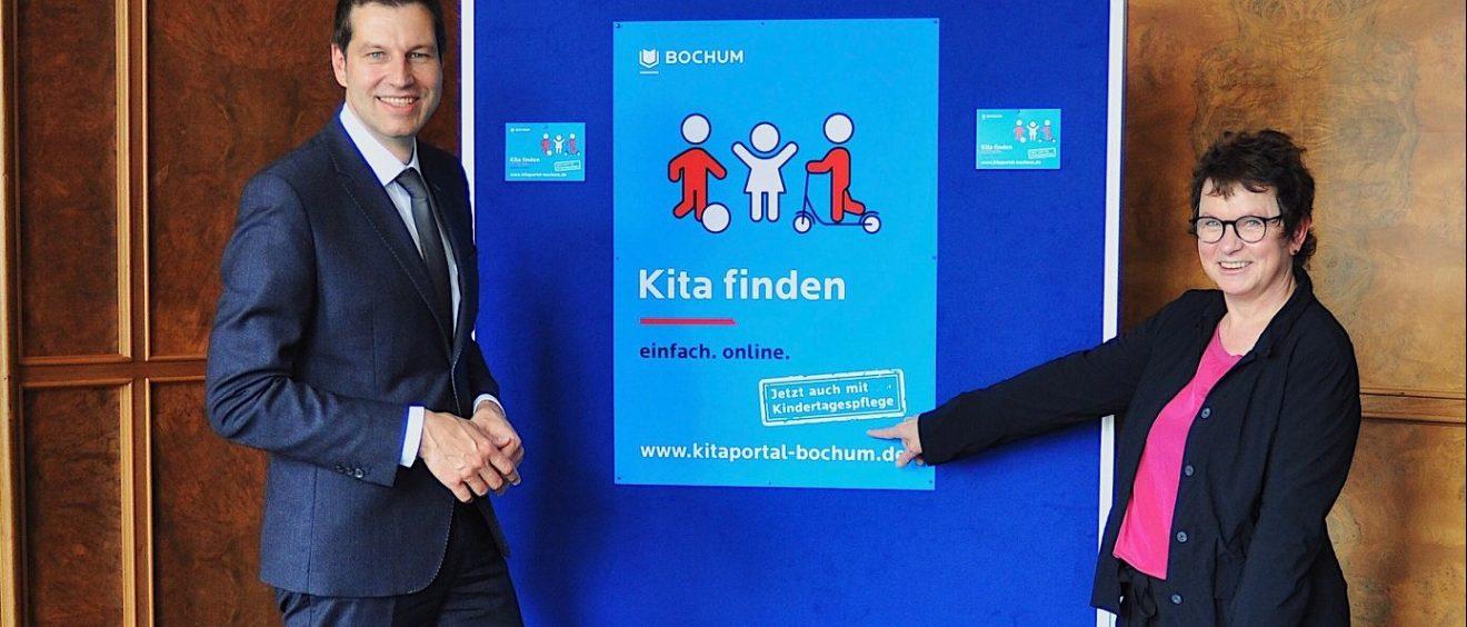 Sozialdezernentin Britta Anger und Thomas Eiskirchfreuen sich über die Erweiterung des Kita-Portals. Foto: Stadt Bochum, Presseamt