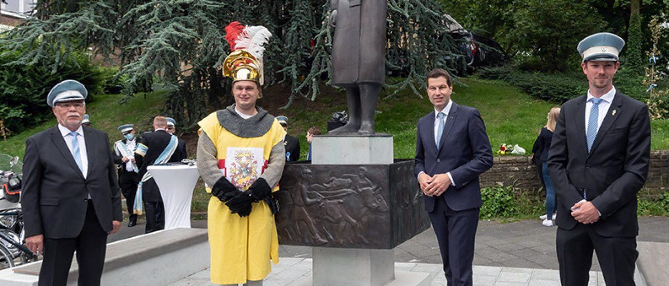 Oberbürgermeister Thomas Eiskirch und Mitglieder der Bochumer Maiabendgesellschaft begrüßen Graf Engelbert an seinem neuem Platz neben der Beckporte. Foto: Lutz Leitmann/Stadt Bochum