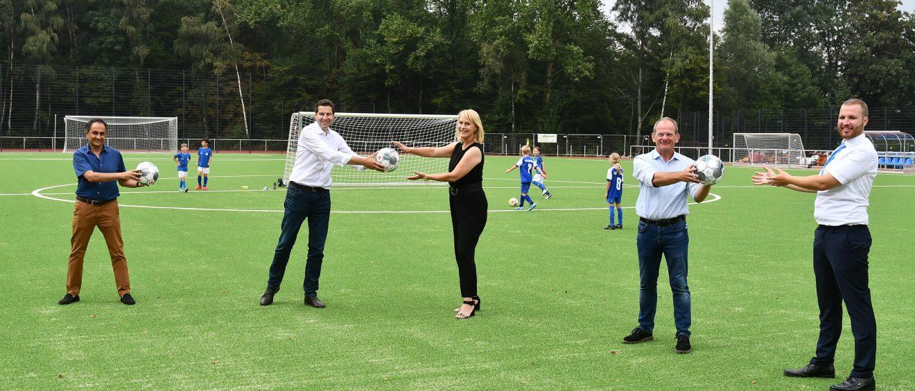 Oberbürgermeister Thomas Eiskirch bei der Übergabe der aufwendig modernisierten Sportanlage. Foto: Stadt Bochum