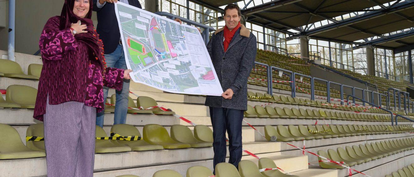 Staatssekretärin Andrea Milz und Oberbürgermeister Thomas Eiskirch unterzeichnen die Absichtserklärung zur Finanzierung des Ausbaus des Lohrheidestadions. Foto: Lutz Leitmann/Stadt Bochum